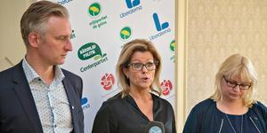 Åsa Wiklund Lång, S, inledde presskonferensen där bland andra Jörgen Edsvik, S, och Helene Åkerlind, L, medverkade.