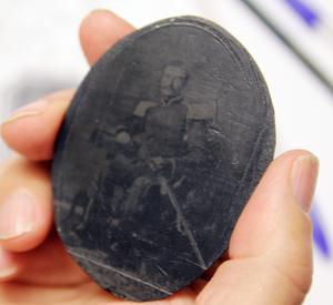 Pannotyp använder material som vaxduk eller läder som bas för bilden i stället för glasskiva.
