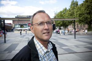 Tekniska kontorets tillförordnade chef Lennart Emretsson menar att torghandlarna själva har ansvaret för att markiserna sköts på rätt sätt för att undvika olyckor.