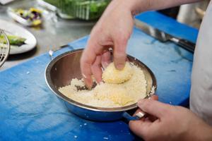 Pocherade ägg paneras med mjöl, uppvispat ägg och slutligen ströbröd innan de hamnar i fritösen...