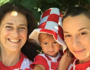 Nancy Lukic med barnbarnet Gabriel Keran och dottern Martina Crnic Keran i supporterkläder.
