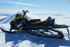 Exempel på en bra annonsbild, på en Ski-Doo Summit X 154