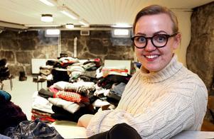 Borgsjö-Haverö församlings kantor Gina Eriksson imponeras av den hjälpsamhet hon mött efter beslutet att starta en klädinsamling till den branddrabbade familjen i Alby.