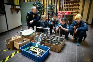 Scouterna Gustav Hedman, Moa Wickström, Oskar Hedman och Nils Wickström  fick hämta de stulna verktygen hos polisinspektör Jocke Sohlberg.