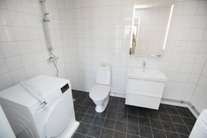 I badrummet på nedre plan finns tvättmaskin och tumlare.