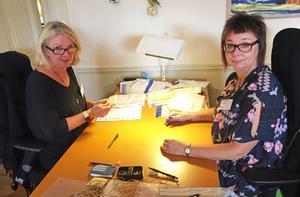 Ingeborg Westerlund och Viveka Sjödin granskar röster i länsstyrelsens sessionssal.