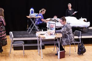 Deltagarna fick hjälpa till att lägga gamlingarna och ge medicin. Samtidigt som juryn hade koll runtomkring.