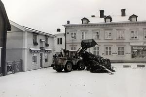 Dags att få upp julgranen på Lilla torget 1988. En hjullastare verkar vara ett betydligt bökigare redskap än en skylift för att få upp en gran. Foto: NT
