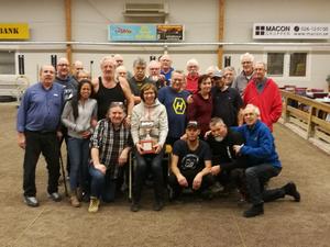 Klubbens ordförande Lena Stenbeck tillsammans med några av årets framgångsrika spelare i Svea Champ. Bild: Pierre Gerhold/Läsarbild