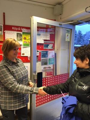 Anna-Lena Jonsson hälsar på sin första kund, Pia Larsson. Foto: Privat
