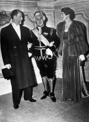 Jussi Björling ansågs under flera decennier vara världens främste tenor. 1938-39 engerades han för första gången på Metropolitan i New York där han gjorde succé. Bilden visar Jussi Björling på Metropolitan omgiven av svenske konsuln Kastengren med maka efter succén i