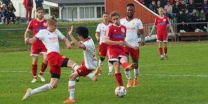 Magnus Engström Liljemark skjuter in 2-1 till Hede i derbyt mot Sveg. En stark individuell prestation.