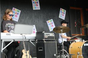 Neo Pettersson och Cevin Andersson Juliander spelade tillsammans med Lucas Fleen låten Back in black.