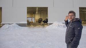 Fredrik Signeul vid det nya byggvaruhuset som börjar ta form på Terminalvägen i Timrås växande industriområde.
