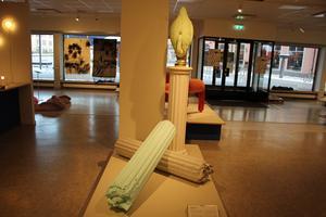 Petter Rhodiners pelare  av gips rör sig mellan arkitektur och objekt. Foto: Ulf Lundén