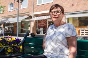 – Det är kul när det händer något i stan. Och så värmen, den är kanon, tycker Sonja Wallén som driver Liljans skor.I dag arbetar fem personer med försäljning både inne i butiken och ute på gatan.– Det går bra. Det är full rulle, säger Sonja.