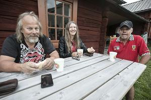 Per-Olov Andersson med sambon Marie Medin och till höger sitter Tomas Reinerholt och samtalar om gamla bilar.