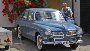 Här kliver Annica Lässman in i sin Volvo Amazon från 1961. En av de få bilar som finns kvar av denna årsmodell i Sverige. Paret kör bara bilen under sommartid och har en maxhastighet på runt 120 km/h.