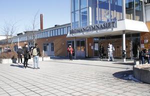 Bland de elever som lämnade skolan rådde viss förvirring och osäkerhet efter beskedet om att skolan har försatts i karantän i två veckor framöver.