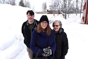 Torbjörn Zakrisson, Malou Wirström och Inger Nyberg utanför Brittgården i Älvdalen.