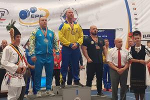 Jönköpings senaste Europamästare! Marcus Denke fick kliva upp överst på prispallen vid EM i styrkelyft i Rumänien, vilket är 41-åringens största triumf hittills.