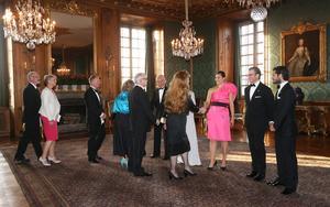 Kung Carl Gustaf, drottning Silvia, kronprinsessan Victoria, prins Daniel och prins Carl Philip tar emot gästerna till Sverigemiddag på kungliga slottet i Stockholm 2014.Foto: Sören Andersson/TT