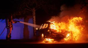 Det går åt mer vatten för att släcka en brand i en elbil, skriver skribenten. Foto: Andreas Hillergren/TT