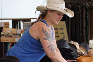 Maria Jane säljer cowboyhattar, mexfiltar och smycken på marknader och i Strömsholm.