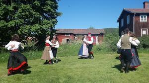 Dansare ur Järvsö folkdanslag tog några varv i gräset.