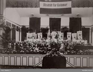 Ellen Key håller tal när Landsföreningen för kvinnans politiska rösträtt firar rösträttssegern 1921.  Foto: O. Ellqvist