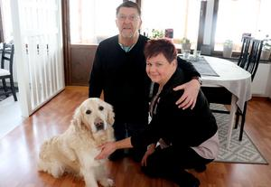 Janne och Maria med familjens kelgris, golden retrievern Olle.