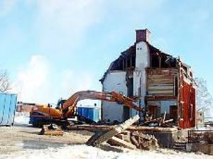 Arkivfoto: MARIANNE LUNDQVIST Nu ska hela rasket rivas� I fjol rev Stora Enso sin del av Rö�kåkarna i Norrsundet. Nu har även stiftelsen som äger resterande byggnader gett upp sina försök att rädda kvar de gamla arbetarbostäderna.