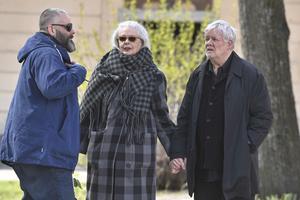 Marianne Lindberg De Geer och Carl Johan De Geer anländer till Gösta Ekmans begravning i Katarina kyrka.