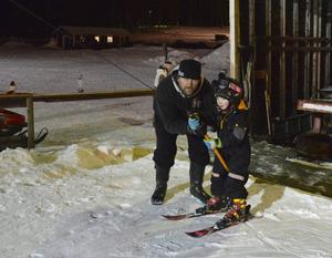 Stefan Sjögren hjälper Mattias Hansson med liften.