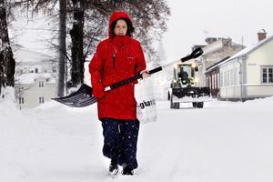Marie Svedberg köpte en rejäl snöskyffel för att skotta fram bilen.