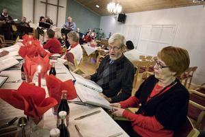 Kjell och Iris Malander från Bollnäs åker alltid till Färila varannan tisdag för att njuta av gemenskapen och musiken från Tisdagsgänget.