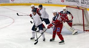 Oskar Holm och Ludwig Månegarm täcker framför Grumsmålet. Några sekunder senare satt pucken i nät.