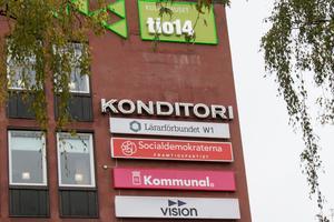 Flera skyltar på Kulturhuset tio14 är inaktuella. Men konditori-skylten från mitten av sextiotalet bör bevaras, anser Elsa Röing, kommunantikvarie.