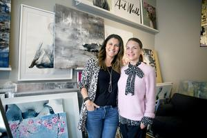 Sedan ett år tillbaka är konstnären Madeleine Santiago Elofsson (t.v.) delägare i galleriet. Linda behövde någon som tog över medan hon var föräldraledig.