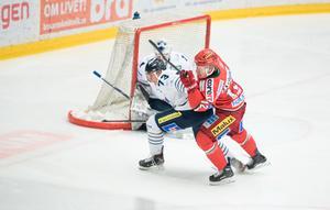 Fredrik Olofsson i kamp med en BIK-spelare.