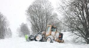 Det var till och med svårt för större fordon att ta sig fram i snön. Bilden är tagen på Väddö. Foto: Julia Hugsén