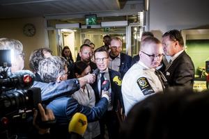 Ulf Kristersson omringad av journalister i samband med att talmannen Andreas Norlén håller rundabordssamtal med partiledarna.
