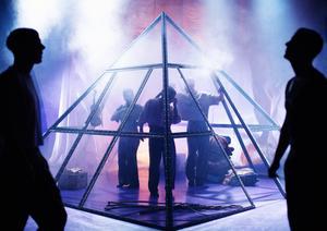 Klubbdans i glaspyramiden, som upphöjer och stänger inne. Pressfoto: Märta Thisner