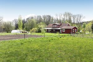 Gården omges av totalt 7,5 hektar mark. Foto: Svensk Fastighetsförmedling Arboga.