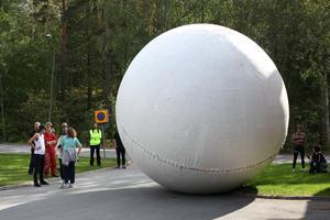 Michael Beutlers jätteboll rullas upp i Råbyskogen för att testas på banan som röjdes där. Foto: Patrick Kretschek