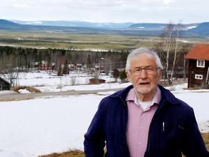 Göran Busk på sin gård med den milsvida utsikten.