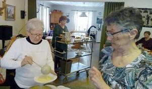 Maud Nilsson och Margareta Jonsson serverade den goda fisksoppan. Foto: Elisabet Yngström