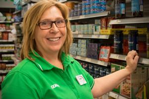 Lisa Johansson Bång är butikschef för Coop Nära i Fredriksberg . Utanför butiksdörren har hon sett både nazister  och kommunister föra fram sina budskap under valrörelsen.