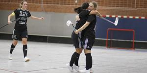 Ebba Olsson gratuleras av Britta Andersson efter sitt första mål. Till vänster kommer Kajsa Lasses springande.