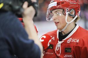 39 matcher med J20-laget i Superelit har det blivit under vintern, men det blev också åtta i SHL för Gustav Nielsen. På onsdagen klev backlöftet in i kvalet mot Oskarshamn och levererade.